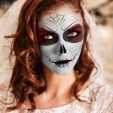 Ung kvinna i dag av den döda maskeringen royaltyfri bild