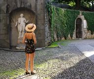 Ung kvinna i den gamla europeiska staden Royaltyfria Foton