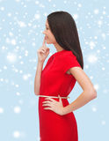 Ung kvinna i den röda klänningen som väljer Royaltyfria Bilder