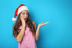 Ung kvinna i den Santa hatten Royaltyfria Bilder