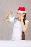 Ung kvinna i den Santas hatten Arkivfoton