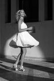Ung kvinna i den vita klänningen Arkivfoton