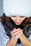 Ung kvinna i den vita pälshatten Arkivfoton