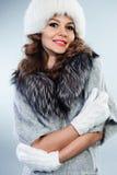 Ung kvinna i den vita pälshatten Royaltyfri Fotografi