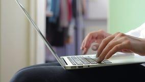 Ung kvinna i den vita skjortan som arbetar på en bärbar dator, HD-längd i fot räknat lager videofilmer