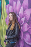 Ung kvinna i det stads- landskapet - grafitti royaltyfria foton
