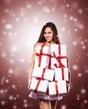 Ung kvinna i dräkt av Santa Claus med shopping på julbakgrunden Arkivbild