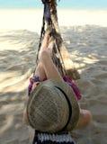 Ung kvinna i en bärande sugrörhatt för hängmatta Royaltyfri Bild