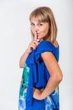 Ung kvinna i en blå klänning Royaltyfri Fotografi