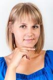 Ung kvinna i en blå klänning Royaltyfri Foto