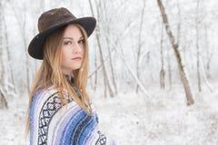 Ung kvinna i en djupfryst skog Arkivbild