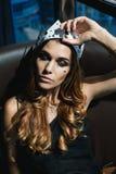Ung kvinna i en krona fotografering för bildbyråer