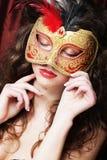 Ung kvinna i en röd mystisk maskering Arkivbild