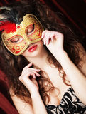 Ung kvinna i en röd mystisk maskering Royaltyfria Foton