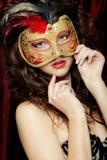 Ung kvinna i en röd mystisk maskering Royaltyfria Bilder