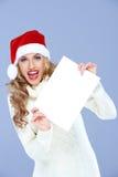 Ung kvinna i en Santa Hat med ett tomt tecken Royaltyfria Bilder