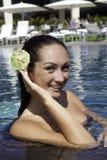 Ung kvinna i en simbassäng arkivfoto