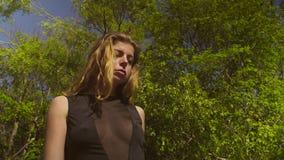 Ung kvinna i en svart baddräkt arkivfilmer
