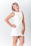 Ung kvinna i en vit klänning Royaltyfri Fotografi