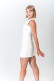 Ung kvinna i en vit klänning Arkivbild