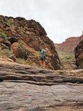 Ung kvinna i enslingliten vik, Grand Canyon nationalpark arkivfoto