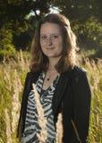 Ung kvinna i ett fält Arkivbild