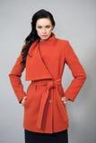 Ung kvinna i ett ljust orange lag Royaltyfria Bilder