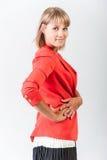 Ung kvinna i ett rött omslag Arkivbilder