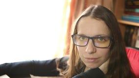 Ung kvinna i exponeringsglas som ser kameran stock video