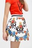 Ung kvinna i färgkjolen Royaltyfri Fotografi