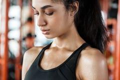 Ung kvinna i för livsstilanseende för idrottshall som sportig närbild svettas andas tuff utbildning arkivbilder