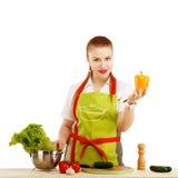 Ung kvinna i förklädet som förbereder mat Fotografering för Bildbyråer