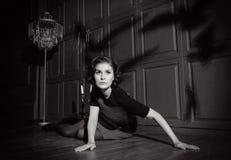Ung kvinna i fasafilm Arkivfoton