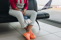 Ung kvinna i flygplats arkivbild