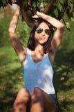 Ung kvinna i fruktträdgård fotografering för bildbyråer
