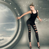 Ung kvinna i futuristic inre Arkivfoton