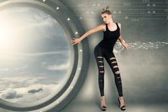 Ung kvinna i futuristic inre Fotografering för Bildbyråer