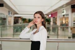 Ung kvinna i gallerian Royaltyfri Bild