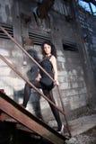 Ung kvinna i gammal fabrik Royaltyfri Foto