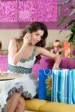Ung kvinna i glassmottagningsrum Royaltyfri Foto