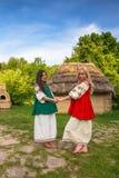 Ung kvinna i grå ukrainsk nationell dräkt Arkivbild