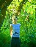 Ung kvinna i grön skog Arkivfoton