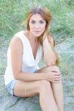 Ung kvinna i grasna Royaltyfria Bilder