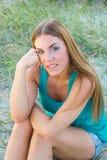 Ung kvinna i grasna Fotografering för Bildbyråer