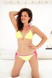 Ung kvinna i gul bikinisimning i havet Arkivfoto