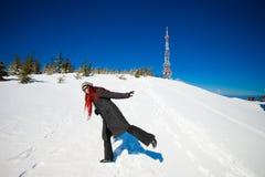 Ung kvinna i härlig vinterbergliggande Royaltyfria Foton