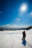 Ung kvinna i härlig vinterbergliggande Royaltyfria Bilder