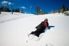 Ung kvinna i härlig vinterbergliggande Royaltyfri Foto