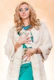 Ung kvinna i hållande pengar för pälslag Royaltyfria Foton