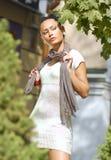 Ung kvinna i höstlig stad arkivbilder